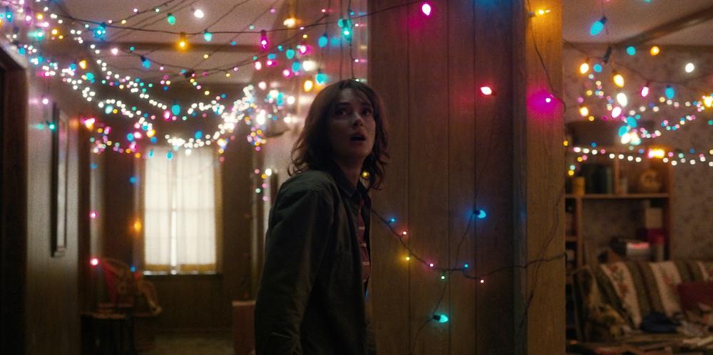 Joyce Byers (Winona Ryder, Show me a Hero) traži način komunikacije s izgubljenim sinom.