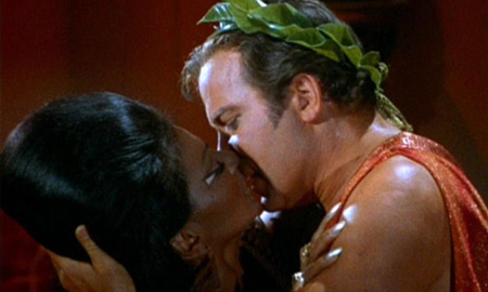Uhura i Kirk - prvi televizijski međurasni poljubac