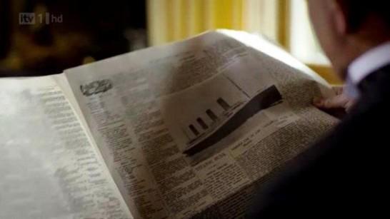 Lord Grantham čita vijest o potonuću Titanika.
