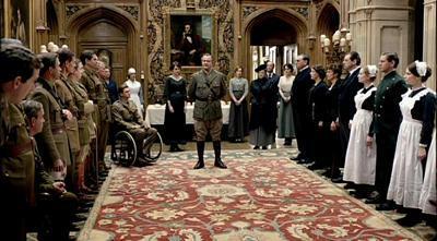 Lord Grantham prenosi vijest o primirju i skorom završetku Prvog svjetskog rata.